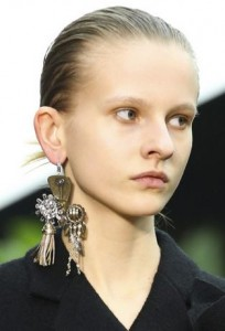 celine_single_2015_fall_collection_earring_bold_big_different_trend_black-204x300
